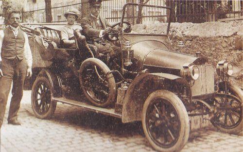 Das Taxi der Automobil-Lohnkutscher Corradini. Eine Taxifahrt war damals nicht ganz billig.