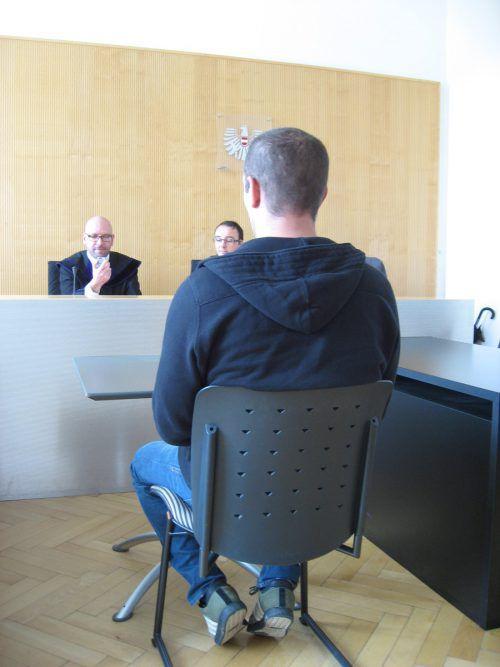 Der Angeklagte vor Richter Gschwenter. EC