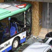 Schulbus krachte in Hauswand – 44 Verletzte