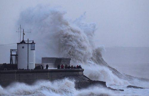 Der Sturm hat in der Nacht zum Mittwoch auch in Teilen Großbritanniens (im Bild der Leuchtturm von Porthcawl in Wales) und Irlands erhebliche Schäden angerichtet. RTS