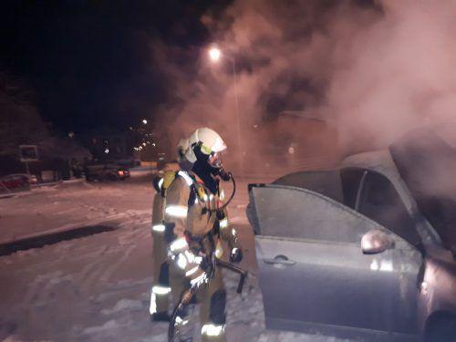 Die Feuerwehrleute mussten auch Brechstangen einsetzen. Feuerwehr Klaus