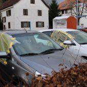 Kapuzenmann schlägt in Bregenz 31 Autoscheiben ein