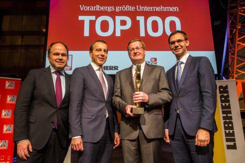 Dieter Gruber, Rondo, wurde im vergangenen Jahr ausgezeichnet. Gratuliert haben VN-CR Gerold Riedmann, der damalige Kanzler Christian Kern und LH Markus Wallner. VN/Steurer