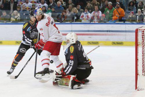 Dornbirns Torhüter Rasmus Rinne musste sich in Salzburg nur einmal geschlagen geben, in der Zuschauerrolle Jérôme Leduc (l.) und Thomas Raffl.gepa