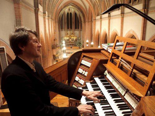 """Ein paar Tage nach Weihnachten präsentiert Helmut Binder (57) an seiner historischen """"Hausorgel"""" in Herz-Jesu traditionell eine """"Symphonische Orgelweihnacht"""". Jurmann"""