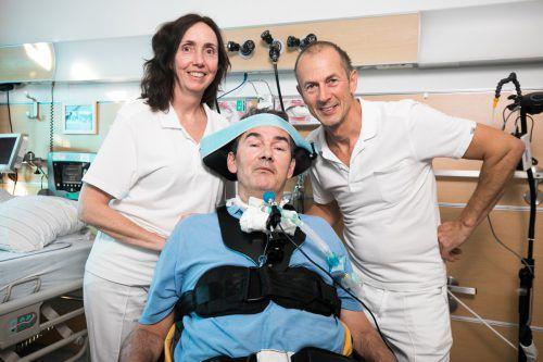 Eliane Hatzak und Krankenpfleger Bernd Manahl kümmern sich umsichtig um Gerhard Hummer.vn/sams