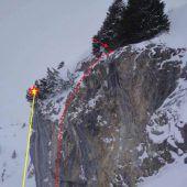 Snowboarder stürzt 15 Meter über Felswand ab