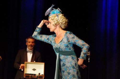 Ute Hoffman verkörpert die talentfreie Sängerin Florence Foster Jenkins (1868–1944). taff-theaterproduktion