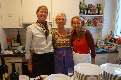 Gastgeberin Margot Deuring (M.) bewirtete die fast 150 Gäste mit der Hilfe ihrer Freundinnen Manuela Murke (l.) und Nicole Schöneberg (r.). Pfarrmaier