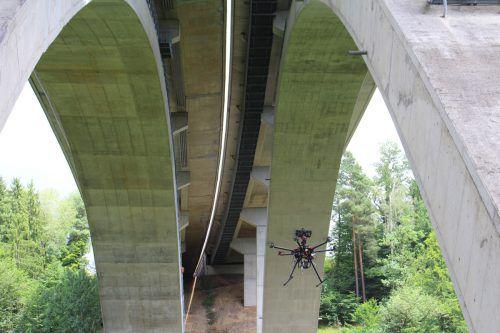 """Hier """"inspiziert"""" eine Drohne den Zustand einer Brücke. asfinag"""