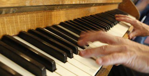 In die Tasten, fertig los: Das Klavier soll als Therapiegerät fungieren.ap