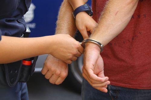 Der 20-Jährige konnte laut Polizei nur unter Anwendung von Körperkraft fixiert werden. VN
