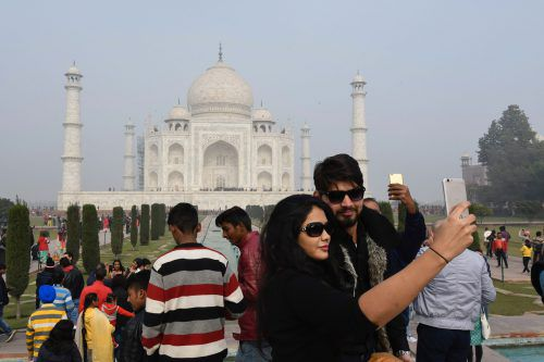 Millionen größtenteils indische Touristen besuchen das Taj Mahal jedes Jahr. APA