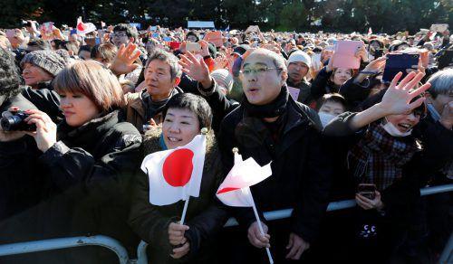 Nach Angaben des Palastes kamen am Dienstag 126.720 Menschen zum Kaiserpalast, schwenkten japanische Fahnen und winkten dem Kaiser zu. Reuters