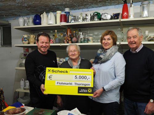 Renate Burtscher und Marlene Gerster vom Flohmarktteam überreichten den 5000-Euro-Scheck an Bürgermeister Harald Witwer und Altbürgermeister Helmut Gerster. Gemeinde
