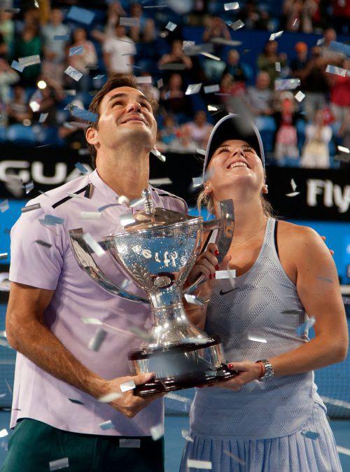 Roger Federer und Belinda Bencic genießen den Konfettiregen.AFP
