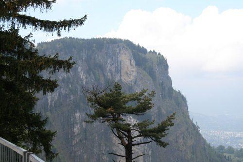 """Der """"Gelbe Felsen"""" ragt 600 Meter über dem Talgrund in die Höhe.rha"""