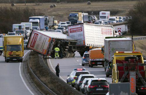 Starke Windböen haben Lastwagen umgekippt. Auf den Straßen kam es streckenweise zu langen Wartezeiten. AP