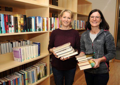 Ulrike Lutz und Elke Eberle leiten die Bücherei Gaißau gemeinsam. ajk