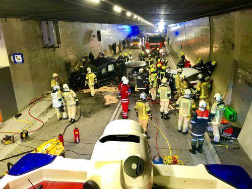 Vier Autos waren in den Unfall im Arlbergtunnel verwickelt. Zahlreiche Einsatzkräfte eilten den Verletzten zu Hilfe. APA