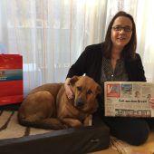 Zeitungsleserin mit Herz für Hunde
