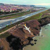 Flugzeug stürzt fast ins Meer