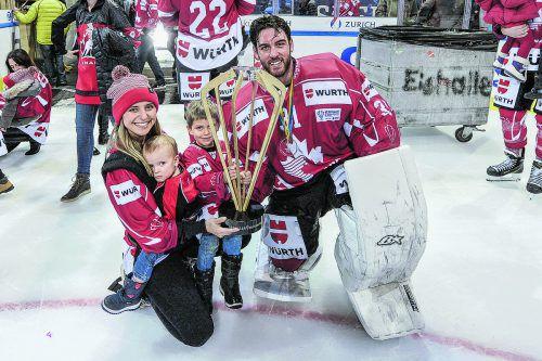 Zagreb-Torhüter Kevin Poulin feierte mit seiner Familie den Spengler-Cup-Sieg.ap