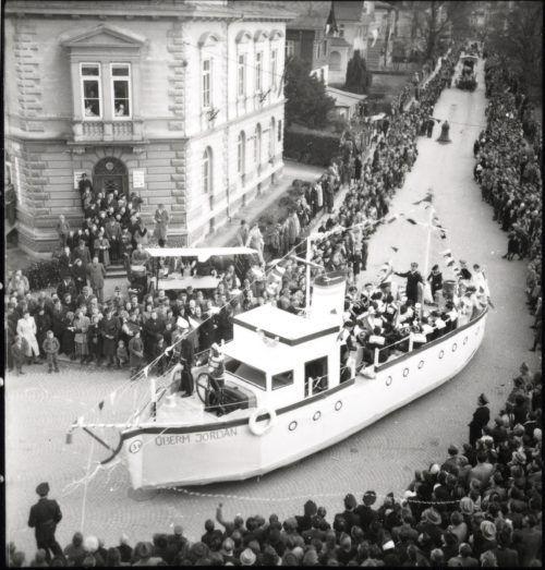 """1949 fand in Dornbirn Österreichs größter Fasnatumzug mit 35.000 Besuchern statt. Im Bild der Hatler Wagen """"Überm Jordan"""". Stadtarchiv"""