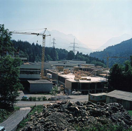 1967 besagte eine Studie, dass die alte Bausubstanz abgebrochen werden sollte, da Lifte fehlten und die Stationen dauernd überbelegt waren. Raum für eine Psychiatrie mit 194 Betten und eine Neurologie mit zirka 35 Betten sei bis 1985 anzustreben. Die erste Bauetappe konnte am 6. Juli 1974 abgeschlossen werden.                              Ansichtskartensammlung Vorarlberger Landesbibliothek, Helmut Klapper
