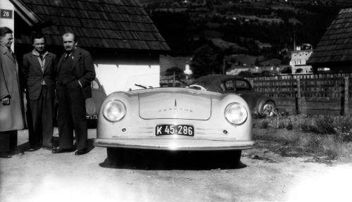 """70 Jahre Porsche-Sportwagen: Der 8. Juni 1948 gilt als die Geburtsstunde der Marke. Mit dem Typ 356 verwirklichte sich Ferry Porsche seinen Traum vom sportlichen Fahren. Der erste Porsche mit Straßenzulassung, der 356 """"Nr.1"""", wurde von einem Vierzylinder-Boxer angetrieben. Zunächst konstruiert als Mittelmotor, dann im Serienauto als Heckmotor mit bis zu 70 PS Leistung."""