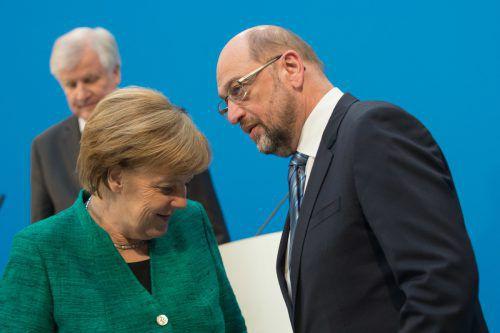 ABD0104_20180207 - BERLIN - DEUTSCHLAND: 07.02.2018, Berlin: Horst Seehofer (l-r), Vorsitzender der CSU, die Vorsitzende der CDU, Bundeskanzlerin Angela Merkel und Martin Schulz, Vorsitzender der SPD verlassen in der CDU-Parteizentrale, dem Konrad-Adenauer-Haus, das Podium einer gemeinsamen Pressekonferenz. Foto: Klaus-Dietmar Gabbert/dpa +++ dpa-Bildfunk +++. - FOTO: APA/dpa/Klaus-Dietmar Gabbert