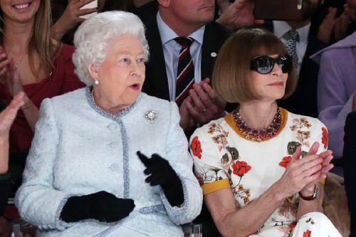 An der Seite von Modepäpstin Anna Wintour verfolgte die Queen die Show des britischen Modedesigners Richard Quinn.AFP