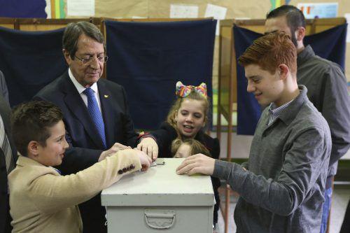 Anhänger des zypriotischen Präsidenten Nicos Anastasiades jubelelten nach Bekanntgabe des Wahlergebnisses in den Straßen von Nikosia.AP