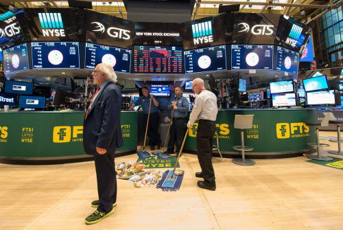 Aufräumen nach dem Crash am Montag und der Aufregung am Dienstag am Börsenparkett in der New York Stock Exchange.  AFP