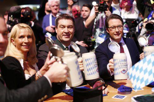 Bayerns designierter Ministerpräsident Söder (Mitte) prostet Ehefrau Karin und CSU-Generalsekretär Andreas Scheuer zu. reuters