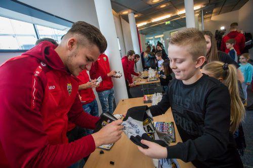Begehrt: Die Autogrammjäger hatten viel Freude mit den schreibwütigen Spielern. Unser Bild zeigt Torhüter Benjamin Ozegovic.VN-Steurer