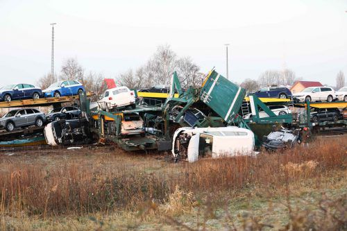 Bei dem Unfall krachte der Autotransportzug frontal gegen den stehenden Güterzug.