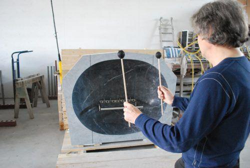 Benny Gleeson und seine Skulptur, der Pentaphonolith. ERH