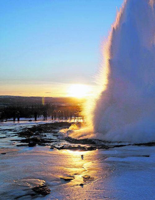 Besucher stehen staunend neben der leuchtenden Wasserblase, die als meterhohe Wassersäule nach oben steigt. Johannes Rinke (3)