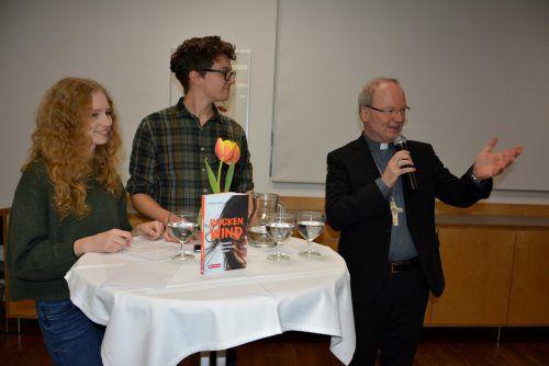 Bischof Benno Elbs stellte sich im Rahmen seiner Buchpräsentation im Pfarrzentrum St. Christoph den Fragen junger Leute. EH