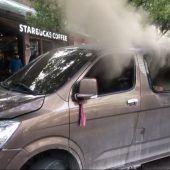 Minivan mit Gasflaschen fährt in Shanghai in Passanten