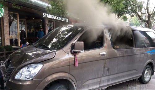 Das Fahrzeug ging in Flammen auf, 18 Menschen wurden verletzt. AFP