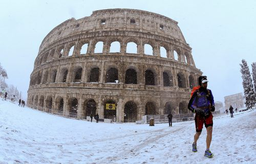 Das Kolosseum in Weiß, Schneeballschlachten auf dem Petersplatz, Schlitten am Circus Maximus:In Rom hat der Schnee das öffentliche Leben lahmgelegt. RTS