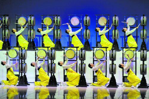 Das nationale Tanztheater von Südkorea bestreitet einen Part der Eröffnungszeremonie der Winterspiele in Pyeongchang.ap