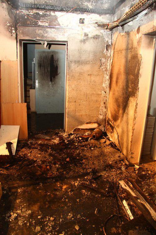 Der Brand brach im Keller aus. Ein Bewohner zog sich beim Sprung vom Fenster auf das Vordach eine Unterschenkelfraktur zu, drei weitere erlitten eine Rauchgasvergiftung.Vlach