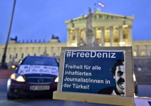 """Der Korrespondent der deutschen """"Welt"""", Deniz Yücel, befindet sich seit einem Jahr in einem türkischen Gefängnis. Auch in Österreich löste die Inhaftierung Protest aus. APA"""