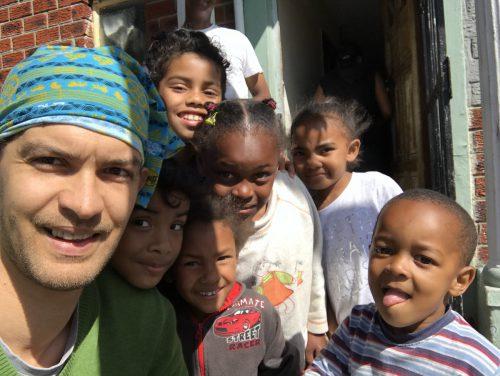 Der Nüziger Sascha Harris umringt von bedürftigen Kindern in Südafrika. Harris