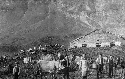 Die Alpe Obere im Jahr 1907. In der Mitte ist Senn Josef Kaufmann zu sehen.