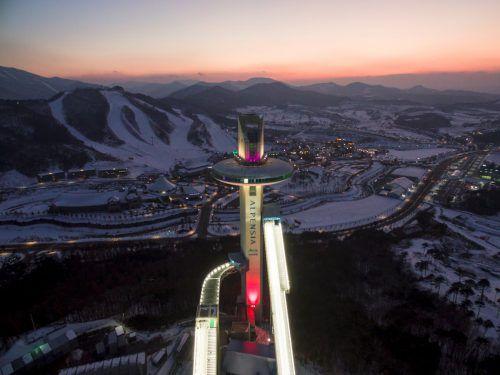 Die beleuchtete Skisprung-Schanze liegt neben dem Skistadion, der Biathlon-Arena und der Eisbahn in der Bergregion um Pyeongchang.afp