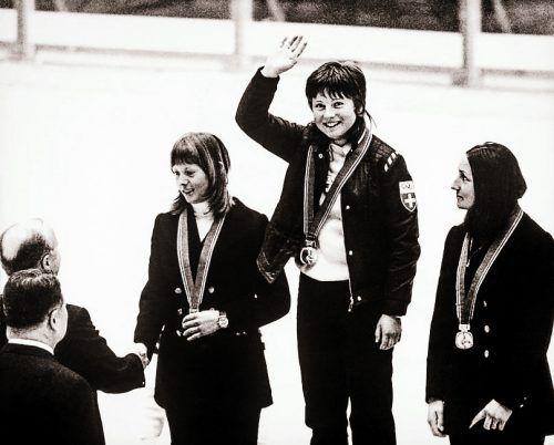 Die drittplatzierte Wiltrud Drexel (r.) bei der Siegerehrung in Sapporo mit Olympiasiegerin Marie-Theres Nadig und Annemarie Pröll (l.)